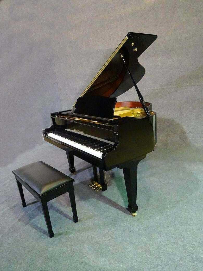 A real beauty ! Black 4'7 baby grand piano