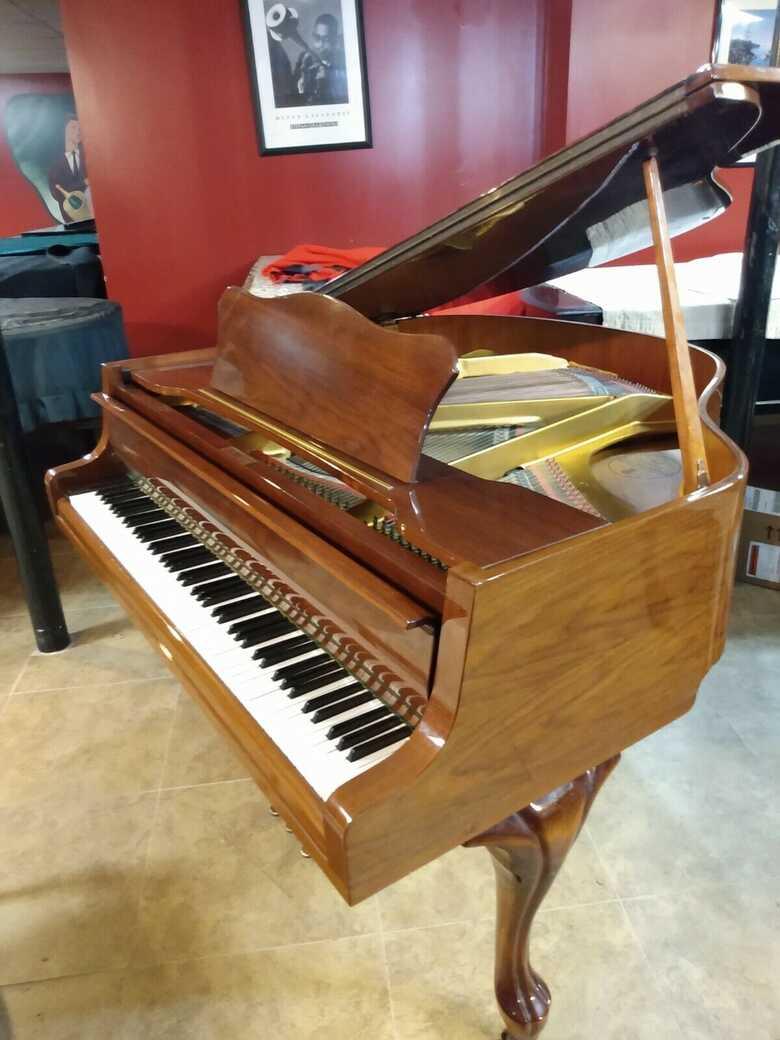 Stunning baby grand piano 6'3'' & Yamaha bench
